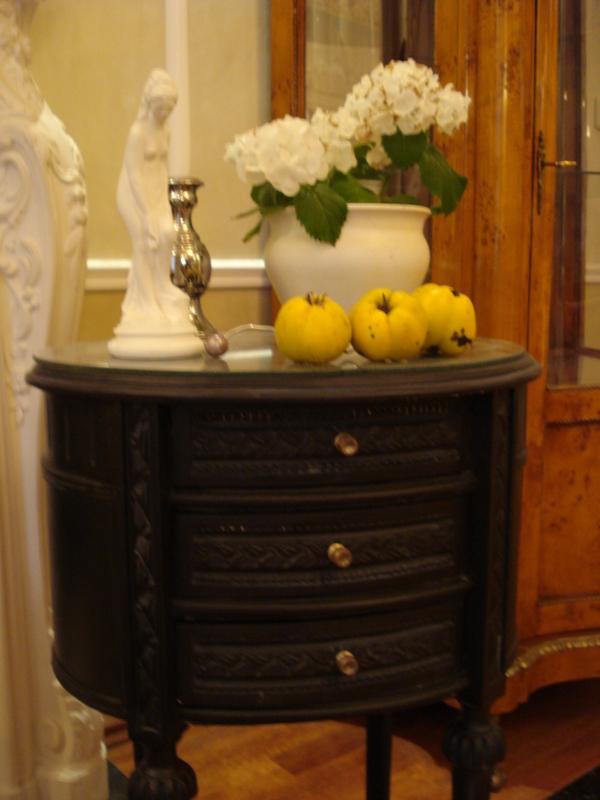kleines schr nkchen schrank kommode jugendstil mit glasplatte oval schwarz ebay. Black Bedroom Furniture Sets. Home Design Ideas