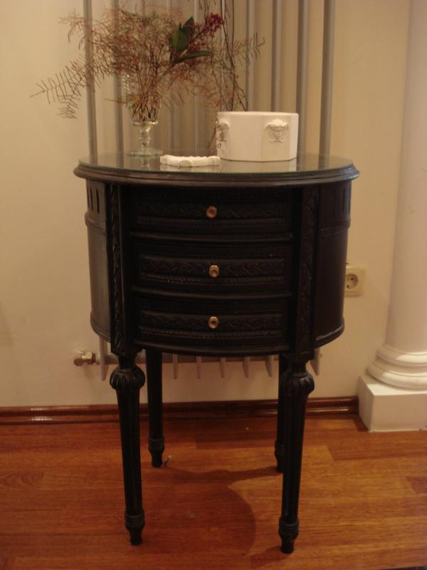 kleines schr nkchen schrank kommode jugendstil mit glasplatte oval schwarz. Black Bedroom Furniture Sets. Home Design Ideas
